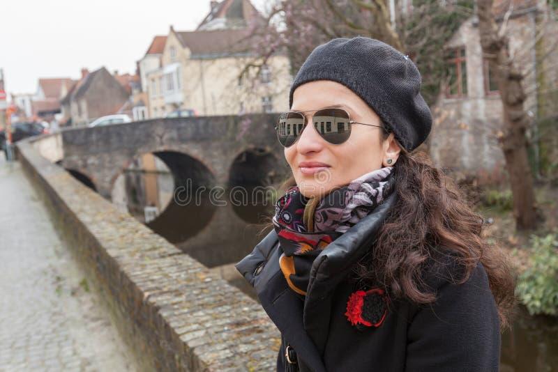 Turista de la mujer a lo largo del canal en Brujas, Bélgica imagen de archivo