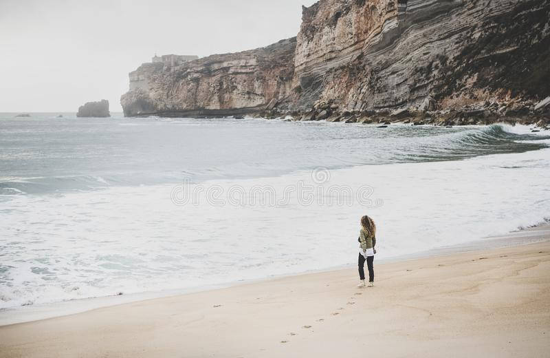 Turista de la mujer que camina en la playa de Océano Atlántico en Portugal imagen de archivo
