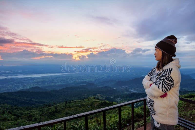 Turista de la mujer que mira la salida del sol fotografía de archivo libre de regalías