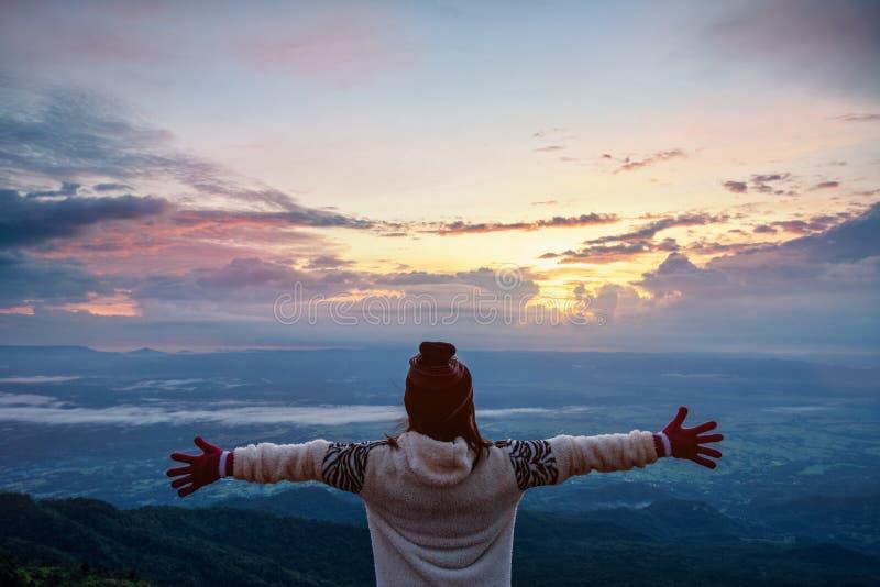 Turista de la mujer que mira la salida del sol imagenes de archivo