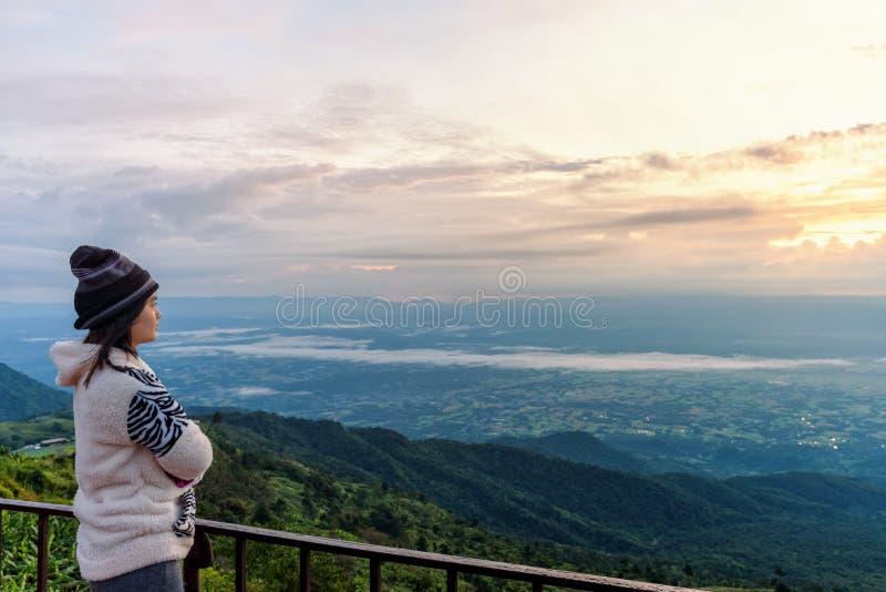 Turista de la mujer que mira la salida del sol foto de archivo libre de regalías