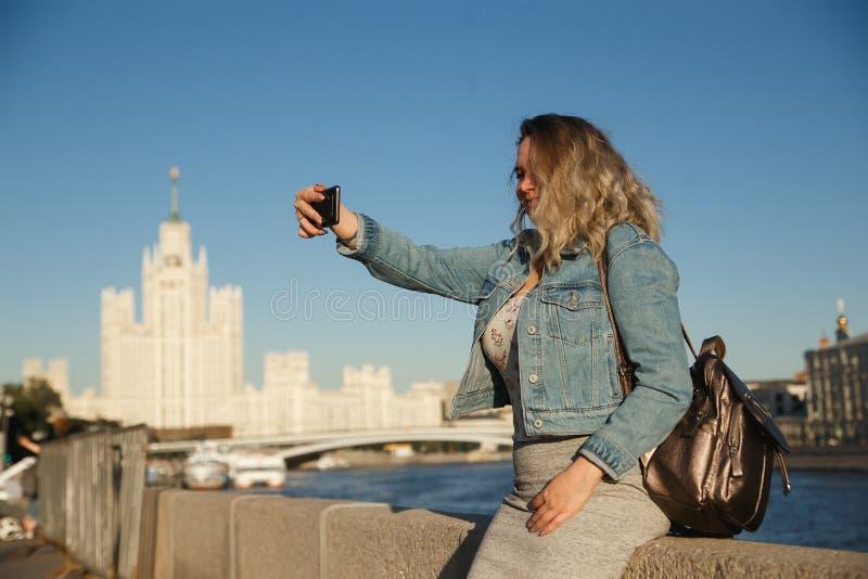 Turista de la mujer que toma imágenes en el teléfono móvil durante el viaje en Moscú Viaje al concepto de Rusia imágenes de archivo libres de regalías