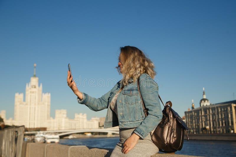 Turista de la mujer que toma imágenes en el teléfono móvil durante el viaje en Moscú Viaje al concepto de Rusia fotografía de archivo
