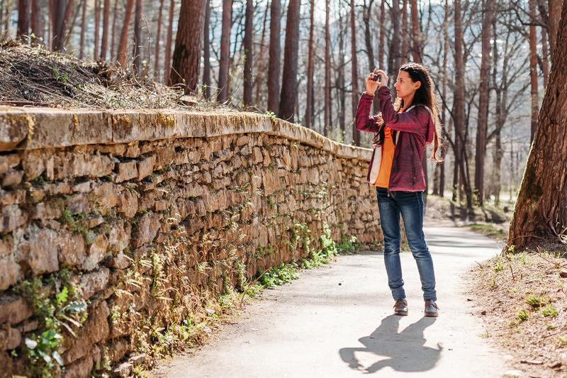 Turista de la mujer que toma imágenes de hermosas vistas imagenes de archivo