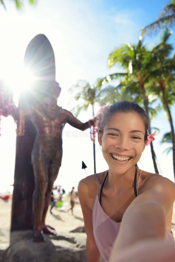 Turista de la playa de Waikiki en Honolulu en Oahu Hawaii imagen de archivo