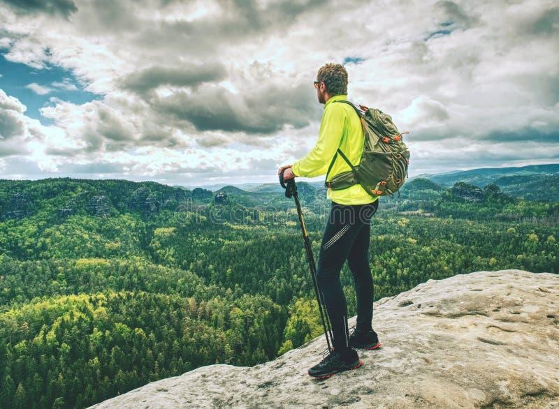 Turista del hombre del atleta que camina el rastro de montaña, caminando en roca imágenes de archivo libres de regalías
