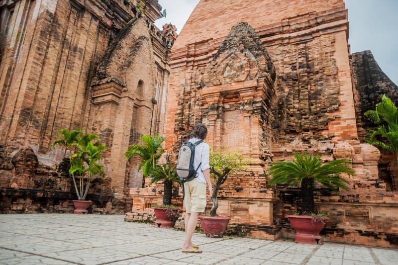 Turista del hombre en Ventname Cham Tovers del Po Nagar Concepto del viaje de Asia imagen de archivo libre de regalías