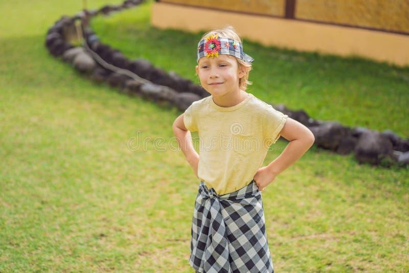 Turista del muchacho en los sarong, ropa nacional del Balinese fotografía de archivo