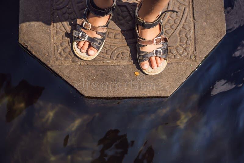 Turista del ragazzo in Taman Tirtagangga, palazzo dell'acqua, parco dell'acqua, Bali Indonesia Viaggiando con il concetto dei bam immagine stock libera da diritti