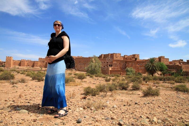 Turista delante de Kasbah imagen de archivo