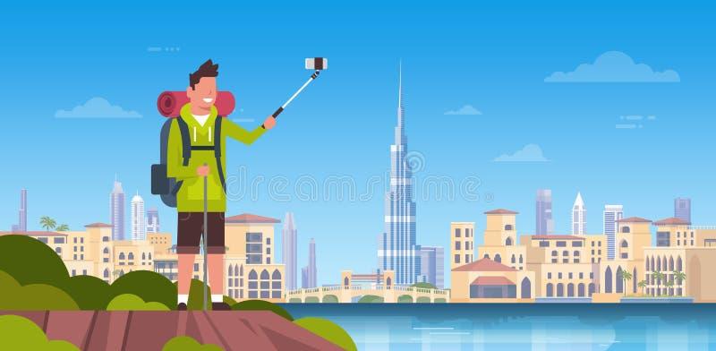 Turista dell'uomo con lo zaino che prende la foto di Selfie sopra il bello fondo della città del Dubai illustrazione di stock