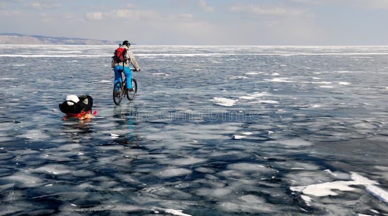 Turista della bicicletta sul lago congelato immagine stock