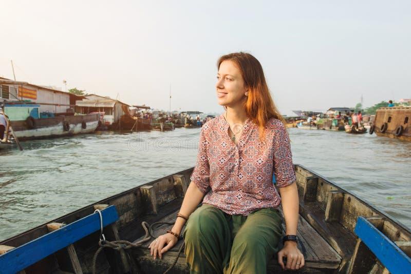 Turista della donna sul mercato di galleggiamento nel Vietnam immagine stock libera da diritti
