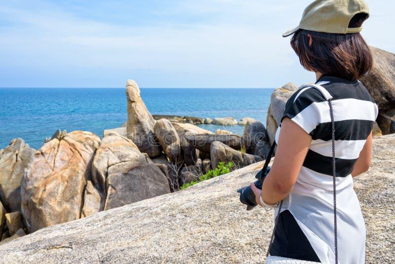 Turista della donna sul punto di vista a Koh Samui fotografia stock libera da diritti