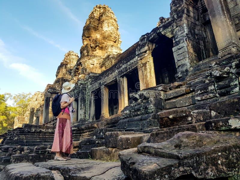 Turista della donna in tempio di Bayon in Angkor Wat immagine stock
