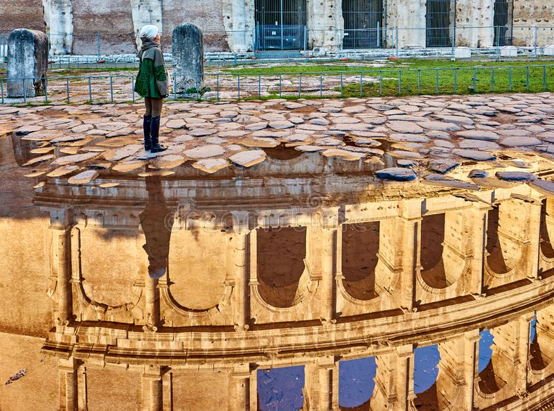 Turista della donna vicino a Roma, Italia immagini stock