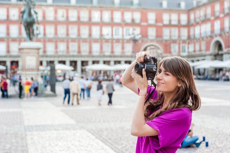 Turista della giovane donna che tiene una macchina fotografica della foto immagini stock libere da diritti