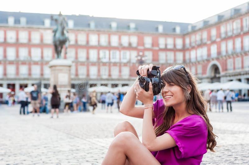 Turista della giovane donna che tiene una macchina fotografica della foto fotografia stock