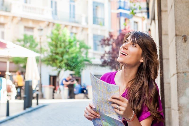 Turista della giovane donna che tiene una mappa di carta fotografie stock libere da diritti