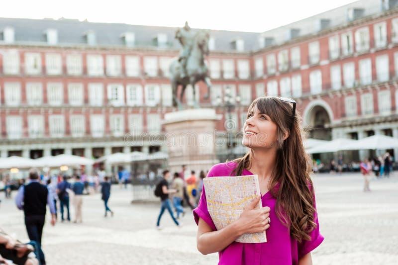 Turista della giovane donna che tiene una mappa di carta immagine stock libera da diritti