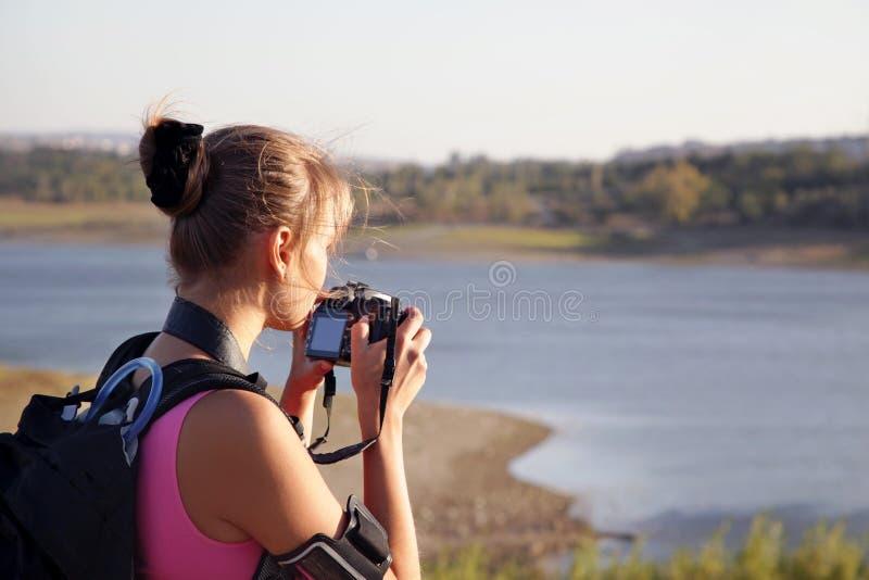Turista della giovane donna con la macchina fotografica sulla natura fotografia stock libera da diritti