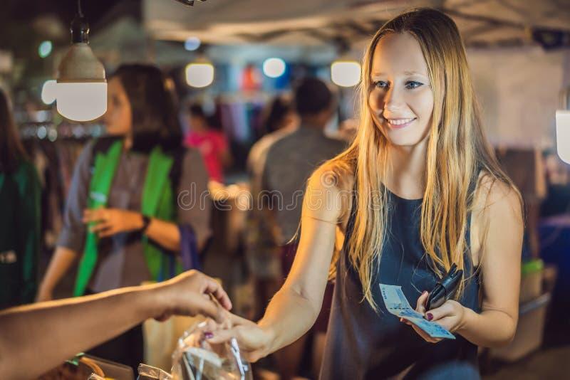 Turista della giovane donna sul mercato asiatico di camminata dell'alimento della via fotografie stock libere da diritti