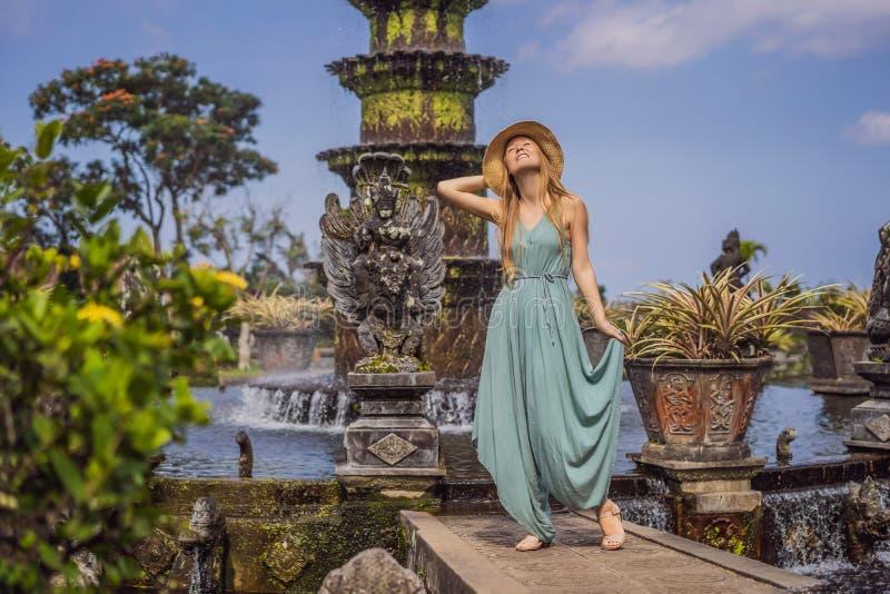 Turista della giovane donna in Taman Tirtagangga, palazzo dell'acqua, parco dell'acqua, Bali Indonesia immagine stock libera da diritti