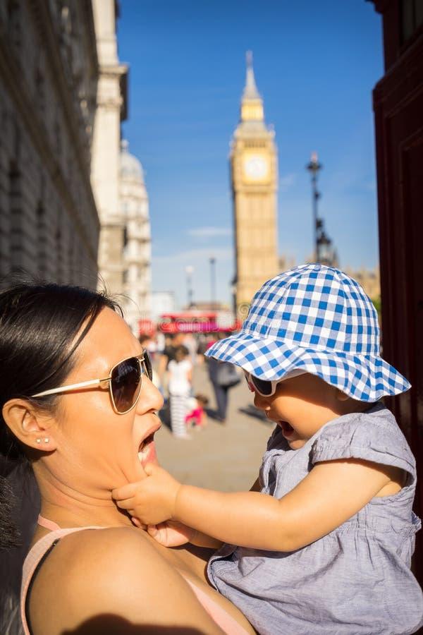Turista della madre e del bambino di viaggio di Londra da Big Ben fotografie stock libere da diritti