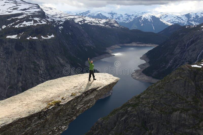 Turista della Norvegia Trolltunga immagine stock