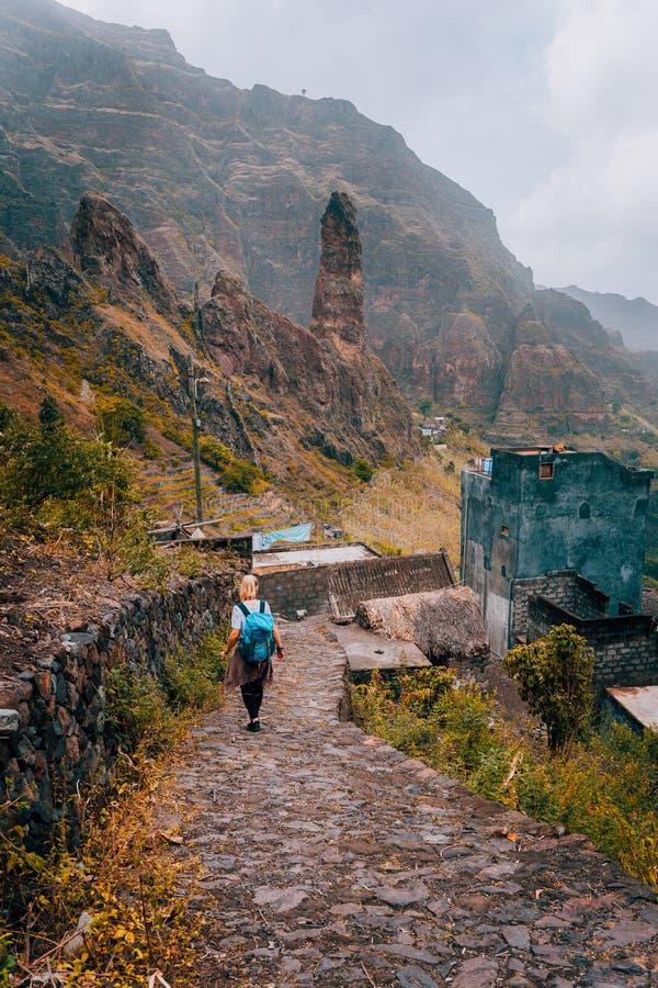 Turista delle donne che cammina giù l'itinerario di pietra di trekking alla valle di Xo-Xo Santo Antao Island Cape Verde Avventur immagini stock