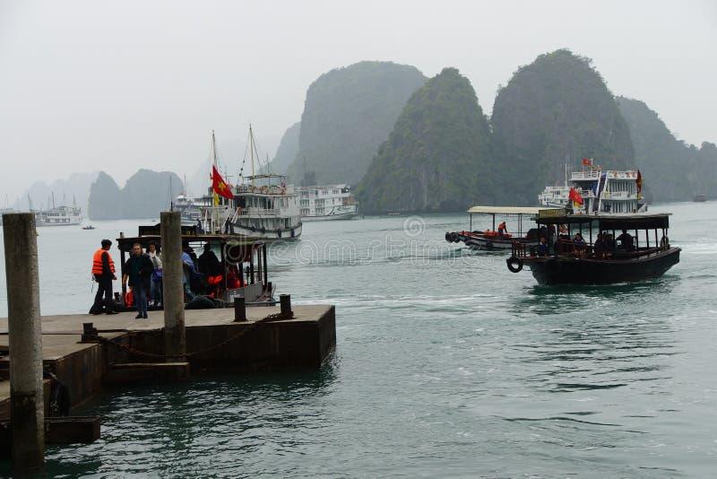 Download Turista Di Trasferimento Delle Piccole Barche Immagine Stock Editoriale - Immagine di vietnam, isola: 55350294