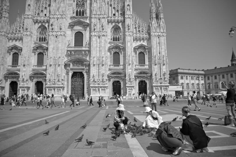 Turista di varia nazionalità nel quadrato del duomo di Milano fotografie stock