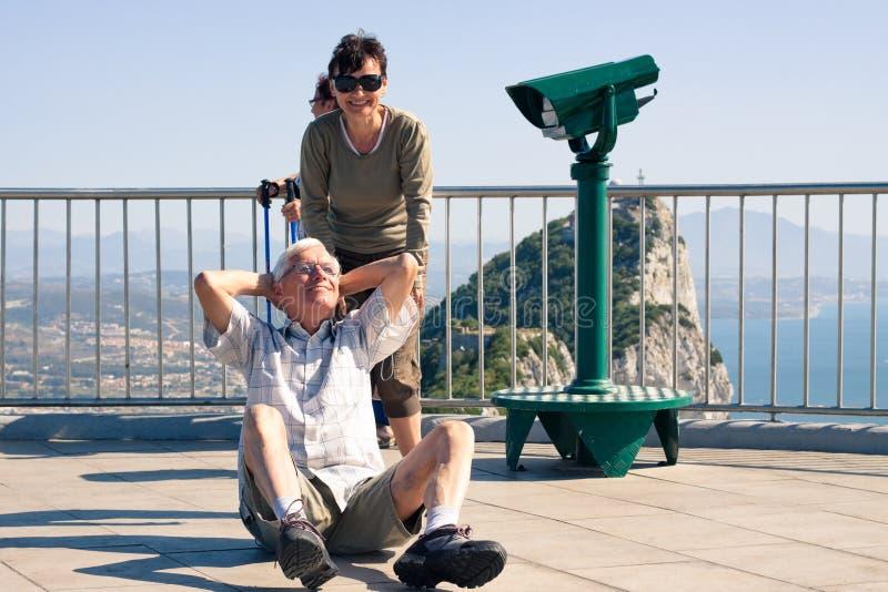 Turista divertido do homem superior na rocha de Gibraltar imagem de stock