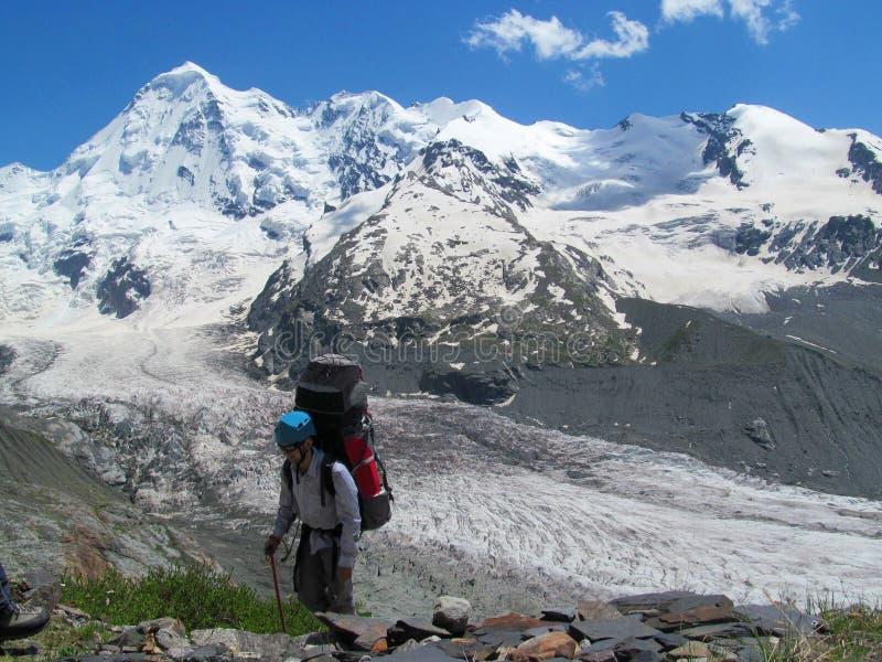 Turista do alpinista com a trouxa grande em montanhas caucasianos, perto de Tetnuldi foto de stock royalty free