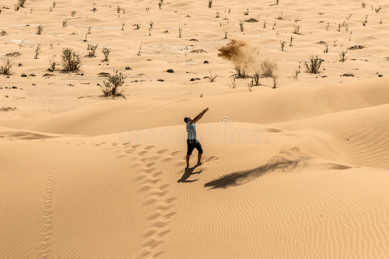 Turista do homem na areia de jogo 3 de Omã do khali do al da RUB do deserto foto de stock