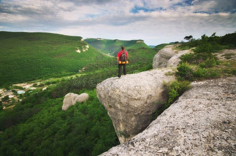Turista do homem na montanha imagem de stock