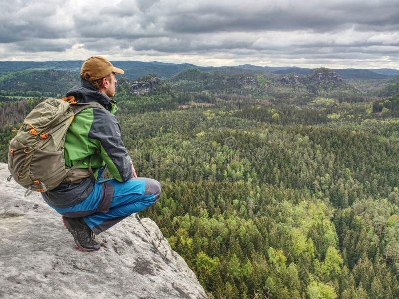 Turista do homem na natureza Dia livre da mola em montanhas rochosas imagem de stock royalty free