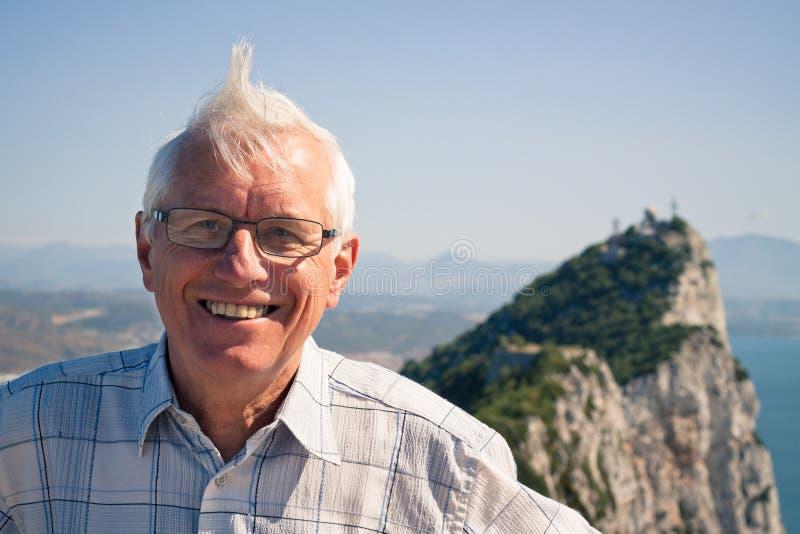 Turista do homem superior na rocha de Gibraltar fotos de stock