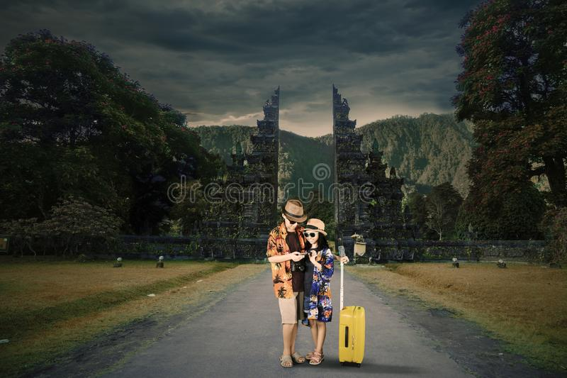 Turista dois pequeno que usa um telefone na estrada imagem de stock royalty free