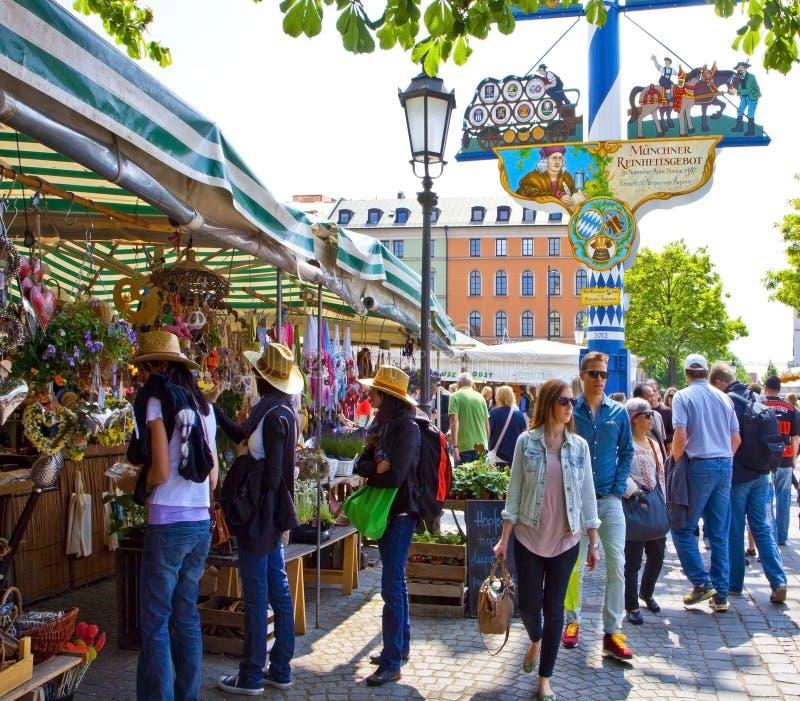 Turista e compradores locais em Viktualien Mark em Munich fotografia de stock royalty free
