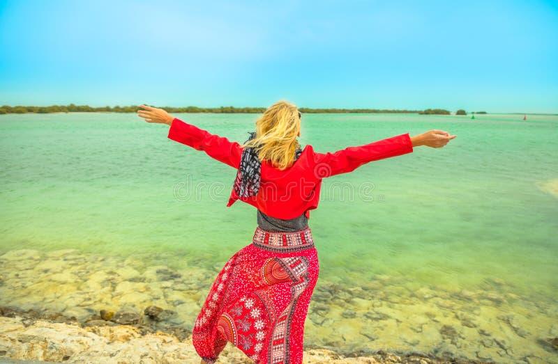 Turista em Al Thakira Mangroves foto de stock royalty free