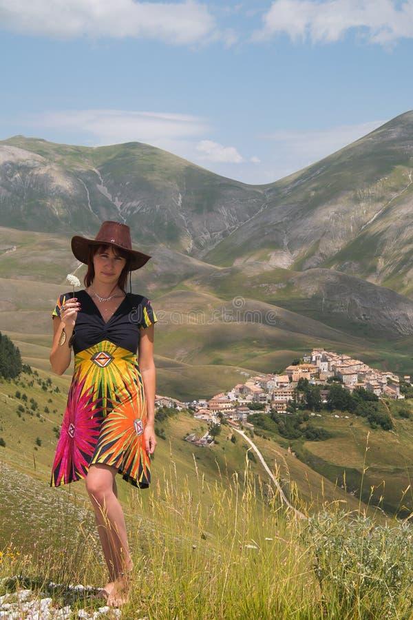 Turista em Castelluccio di Norcia foto de stock royalty free