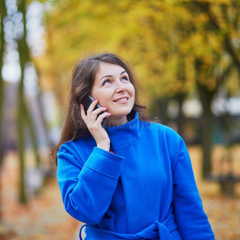 Download Turista Em Paris, Usando O Telefone Celular Foto de Stock - Imagem de móvel, france: 65576146