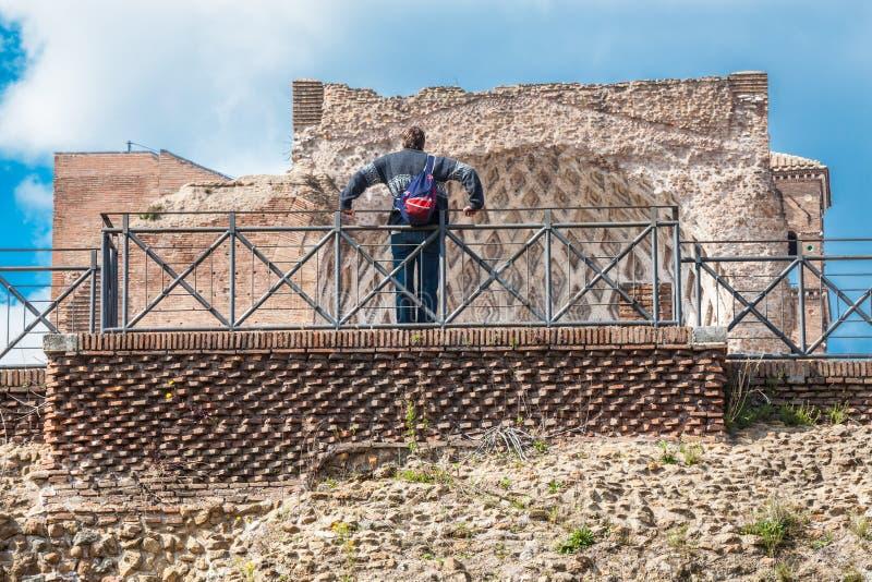 Turista em Roma, observando uma ruína romana Fóruns imperiais imagens de stock
