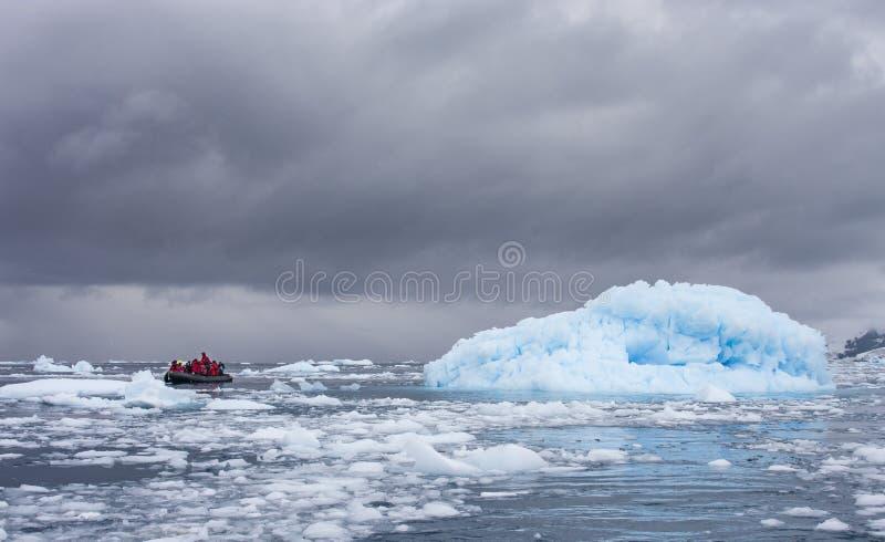 Turista em um zodíaco que viaja em águas antárticas foto de stock