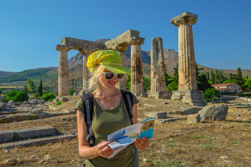 Turista en Corinto antiguo fotos de archivo libres de regalías
