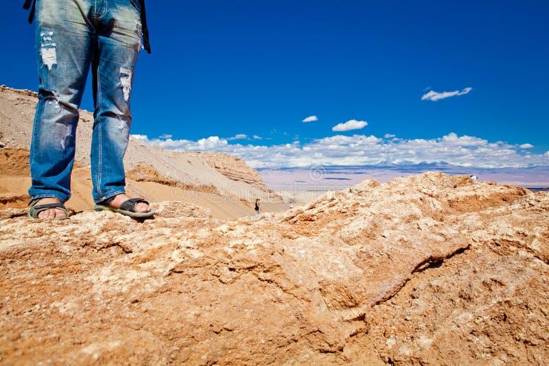 Turista en desierto imagen de archivo