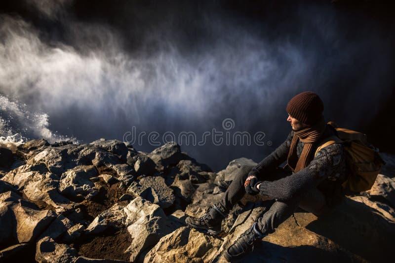Turista en el borde de la cascada fotografía de archivo