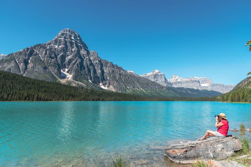 Turista en el parque nacional Canadá de Banff imágenes de archivo libres de regalías