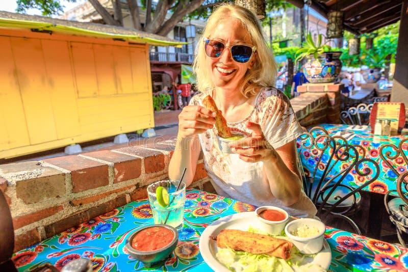 Turista en el pueblo Los Angeles del EL foto de archivo